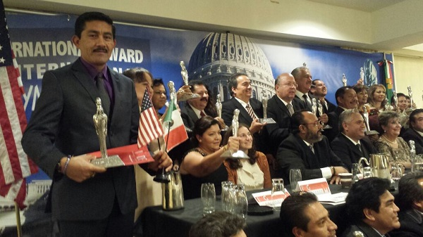 Recibe en Washington Enoc Hernández Cruz Premio Internacional Maya 2014